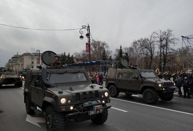 Тюменцы собрались на основной улице города вожидании парада Победы