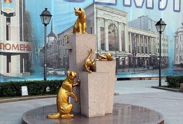 Всквере Сибирских кошек унекоторых скульптур отсутствуют части тела