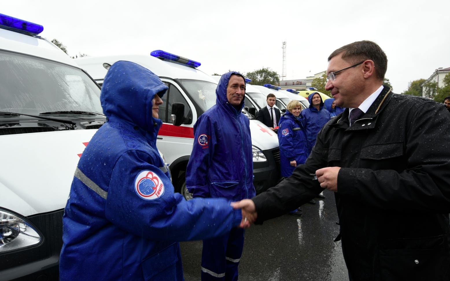 Губернатор вручил ключи от14 новых машин «скорой» тюменским медикам